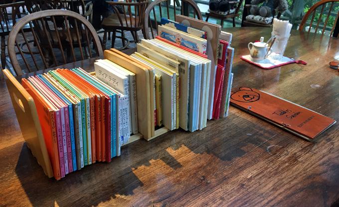 カフェ テーブル上の絵本