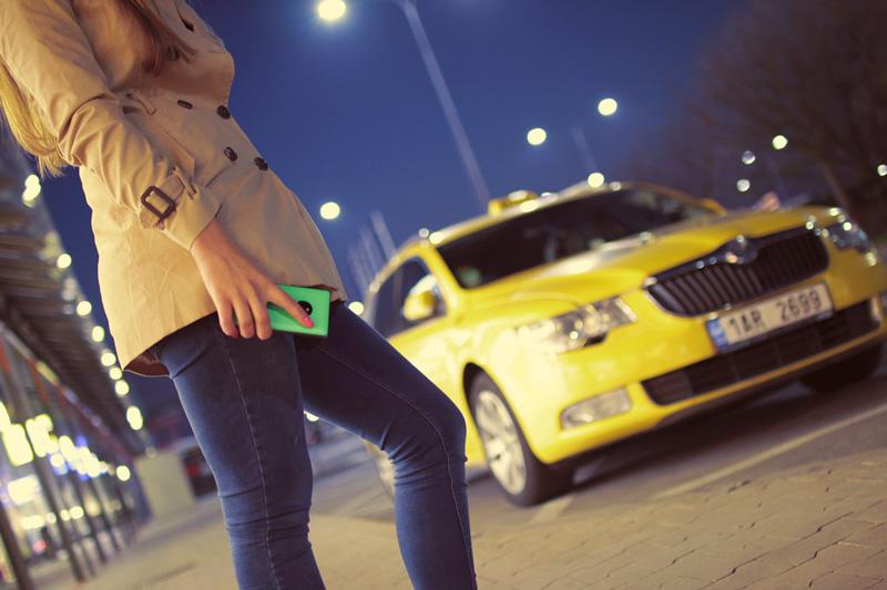 女性とタクシー